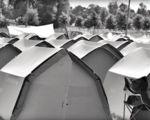 Kartonnen tenten als duurzaam alternatief voor festivals - VIDEO