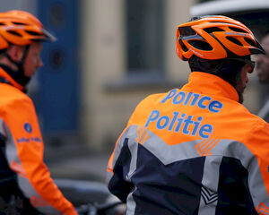 Politie legt bedrijfsfeest stil: 30 werknemers feesten met alcohol, deejay en frietkramen