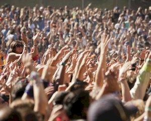 Chips in festivalbandjes onder vuur: 'Als koeien gechipt. Wat met privacy?'