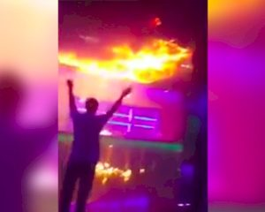 Show vuurspuwer gaat helemaal fout: club in brand (video)