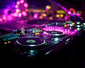 Topless dj veroorzaakt rel
