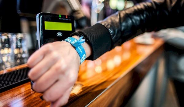 Cashless betalen tijdens Festivak