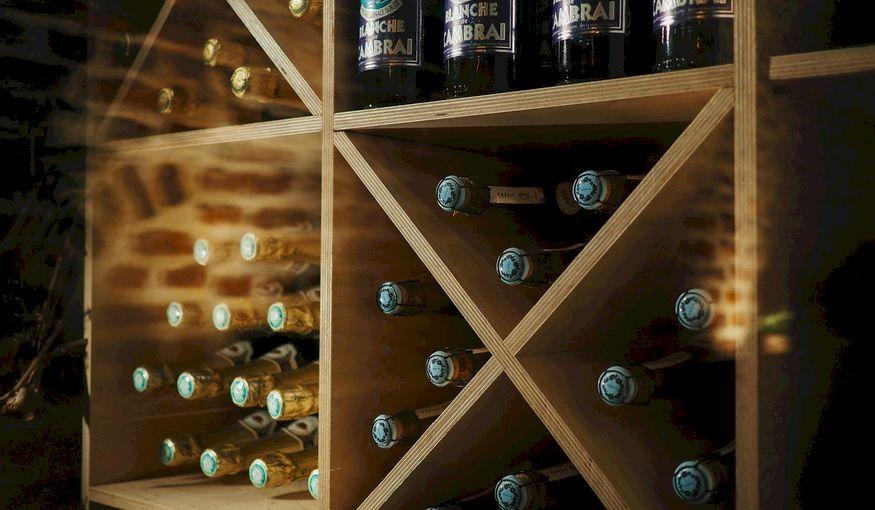 Maak indruk op je gasten met de juiste verlichting, barmeubels en flessenrekken